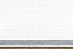 Tom överkant av stentabellen på vit bakgrund för tegelstenvägg Royaltyfri Bild