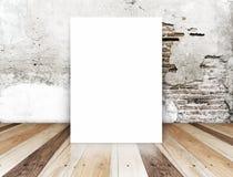 Tom affisch för vit i sprickategelstenvägg och tropiskt trägolv royaltyfria foton