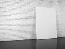 Tom affischtavla över den vita tegelstenväggen arkivbilder
