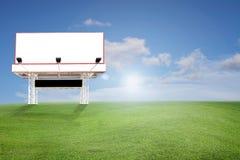 Tom affischtavla för din annonsering på fält av gräs och beaen Arkivfoton