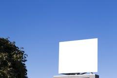 Tom affischtavla i staden mot blå himmel Arkivfoton