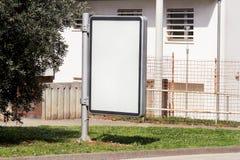 Tom affischtavla med kopieringsutrymme för ditt textmeddelande eller innehåll som utomhus annonserar upp åtlöje, bräde för offent Arkivbilder