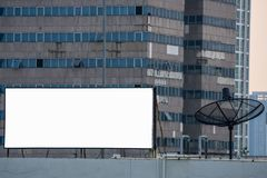Tom affischtavla och satellit- antenn för TV framme av högväxt byggnad arkivfoto