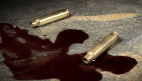 Tom ammo AR-15 med blod på en vagga Royaltyfria Bilder