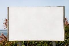 Tom annonserande affischtavlaskärm och tabell, hav i bakgrund Annonsbyråer arkivbilder
