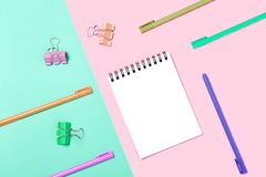 Tom anteckningsbok eller notepad på rosa färg- och blåttbakgrund Idérikt minimalismkanslersrättenbegrepp Bästa sikt, lekmanna- lä fotografering för bildbyråer