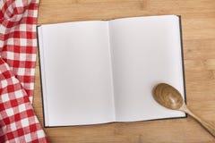 Tom anteckningsbok för recept med skeden och Royaltyfri Bild