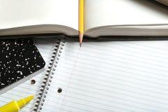 Tom anteckningsbok med böcker och blyertspennan Arkivfoton
