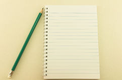 Tom anteckningsbok med blyertspennan, tappning royaltyfri fotografi