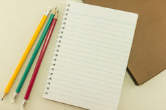 Tom anteckningsbok med blyertspennor, tappning royaltyfria bilder