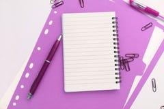 Tom anteckningsbok med den purpurfärgade mappen vektor illustrationer