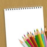 Tom anteckningsbok med färgblyertspennor Arkivfoton