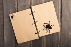 Tom anteckningsbok med halloween garnering över träbakgrund Royaltyfria Foton