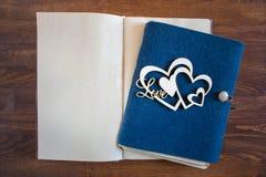 Tom anteckningsbok med hjärta och förälskelse royaltyfri bild