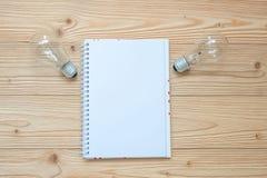tom anteckningsbok med lightbulben och smulat papper på trätabellen, bästa sikt och kopieringsutrymme Idé som är idérik, innovati royaltyfria bilder