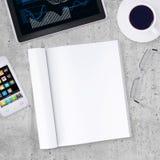 Tom anteckningsbok med minnestavlaPC, smartphone, kopp av Arkivfoto