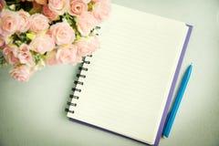 Tom anteckningsbok med pennan och blomman abstrakt bakgrund Arkivbilder