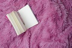 Tom anteckningsbok med pennan på den fluffiga plädet för glamour Begrepp av kvinnors planläggning Top beskådar royaltyfri fotografi