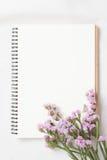 Tom anteckningsbok och blomma Fotografering för Bildbyråer