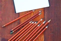 Tom anteckningsbok och blyertspennor royaltyfri fotografi