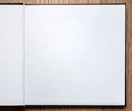 Tom anteckningsbok som öppnas på wood bakgrund Royaltyfri Fotografi