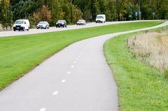 Tom asfaltcykelbana och motorväg royaltyfri bild