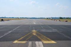 Tom asfaltväg/landningsbana på tidigare flygplats i Berlin arkivbild