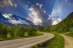 Tom asfaltväg med molnig himmel och solljus Royaltyfria Bilder