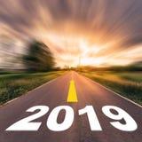 Tom asfaltväg och begrepp 2018 för nytt år Körning på en empt royaltyfria foton