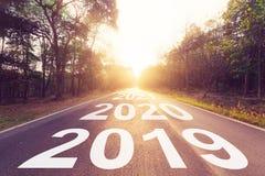 Tom asfaltväg och begrepp 2019 för nytt år Körning på en empt royaltyfria bilder