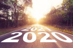 Tom asfaltv?g och begrepp 2020 f?r nytt ?r K?rning p? en tom v?g till m?l 2020 royaltyfri fotografi