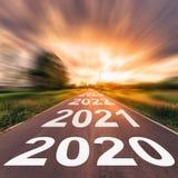 Tom asfaltv?g och begrepp 2020 f?r nytt ?r K?rning p? en tom v?g till m?l 2020 royaltyfria foton