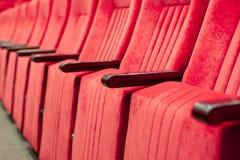 Tom aula med röda stolar i rader begrepp av utbildning, affärsmöten och konferenser arkivfoto