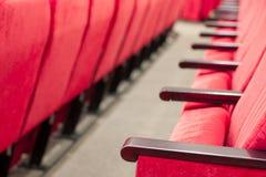 Tom aula med röda stolar i rader begrepp av utbildning, affärsmöten och konferenser royaltyfri bild