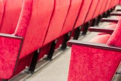 Tom aula med röda stolar i rader begrepp av utbildning, affärsmöten och konferenser royaltyfria bilder