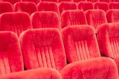 Tom aula med röda stolar i rader begrepp av utbildning, affärsmöten och konferenser arkivfoton