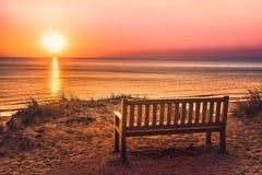 Tom bänk nära stranden på solnedgången på ön av Sylt royaltyfri fotografi