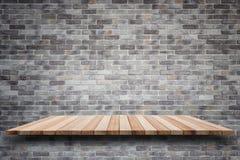 Tom bästa trähyllor och bakgrund för stenvägg royaltyfri foto
