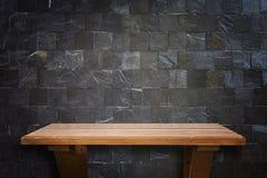 Tom bästa trähyllor och bakgrund för stenvägg royaltyfri bild