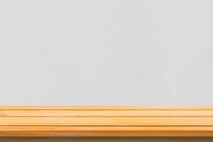 Tom bästa trähyllor och bakgrund för stenvägg Bordlägger brunt trä för perspektivet över bakgrund för stenvägg arkivfoton