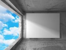Tom baneraffischtavla för vit i mörkt betongväggrum med himmel Arkivbild