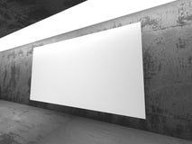 Tom baneraffischtavla för vit i mörkt betongväggrum med lig Arkivbilder