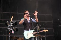 Tom Barman, der Live mit der Deus-Band an Pohoda-Festival, Trencin, Slowakei - 8. Juli 2011 singt und spielt lizenzfreies stockfoto