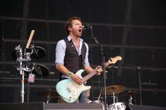 Tom Barman, der Live mit der Deus-Band an Pohoda-Festival, Trencin, Slowakei - 8. Juli 2011 singt und spielt lizenzfreie stockfotografie