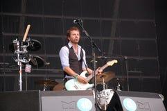 Tom Barman, der Live mit der Deus-Band an Pohoda-Festival, Trencin, Slowakei - 8. Juli 2011 singt und spielt lizenzfreies stockbild