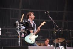 Tom Barman, der Live mit der Deus-Band an Pohoda-Festival, Trencin, Slowakei - 8. Juli 2011 singt und spielt stockfoto
