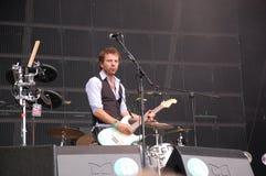 Tom Barman, der Live mit der Deus-Band an Pohoda-Festival, Trencin, Slowakei - 8. Juli 2011 singt und spielt stockfotos