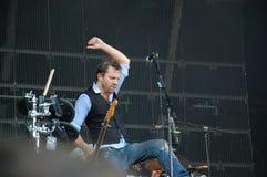 Tom Barman, der Live mit der Deus-Band an Pohoda-Festival, Trencin, Slowakei - 8. Juli 2011 singt und spielt lizenzfreie stockbilder