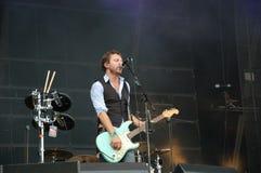 Tom Barman, der Live mit der Deus-Band an Pohoda-Festival, Trencin, Slowakei - 8. Juli 2011 singt und spielt stockfotografie
