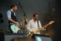 Tom Barman und Alan Gevaert, die Live mit der Deus-Band an Pohoda-Festival, Trencin, Slowakei - 8. Juli 2011 singt und spielt lizenzfreie stockfotografie